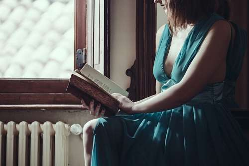 free images  Woman reading