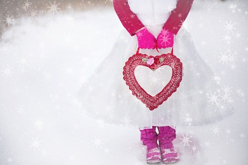 free images  Romantic girl in the snow