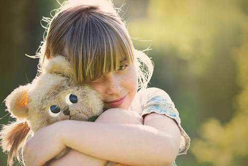 free images  Girl hugging teddy