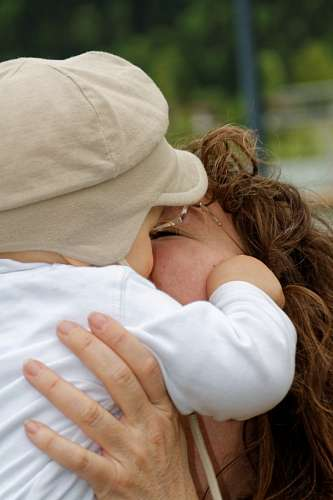 free images  Maternal kiss