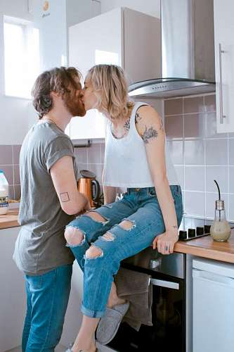 free images  Couple at kitchen