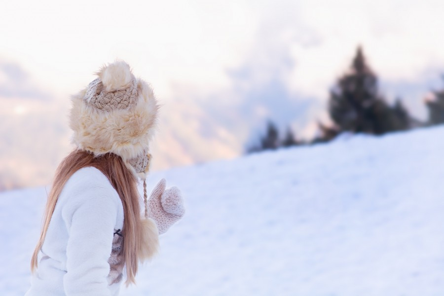girl, young, 10 years old, cap, cold, winter, snow, outdoor, exterior, paisje, gloves, wool,