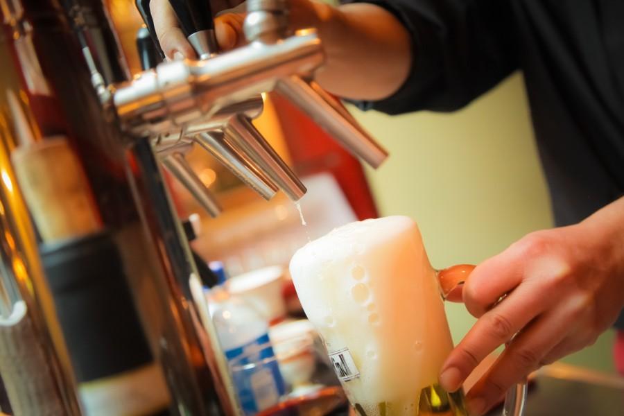 beer, drink, refreshing, craft, glass, foam, serve, serving, man, hand, activity, bartender, bar, quill, quills, beer, chopera, dispenser, valve, bar, beverage, metal, handle,