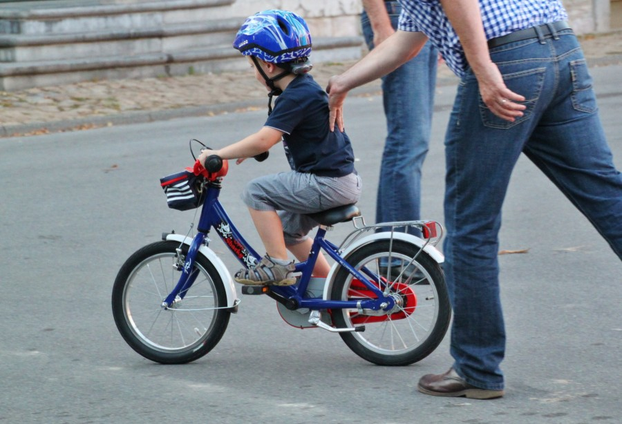 child, parent, bicycle, learn, walk, child, 5 years, family, teach, support, first steps, helmet, love, ciudado, teaching, education,