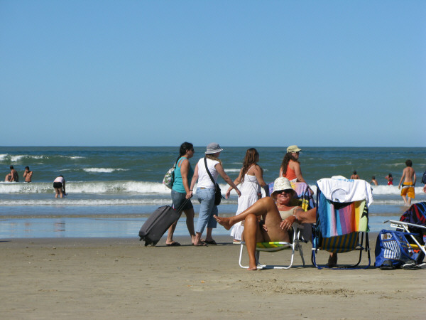 south america, south america, america, Uruguay, polonium out, coast, beach, day, outdoor, outside, summer, vacation, warm, water, sea, sky, relax, relaxation, relaxed, quiet, peace, group of persons, people, crowd, sunbathing, sunning, suntan, tan, chaise, chair,